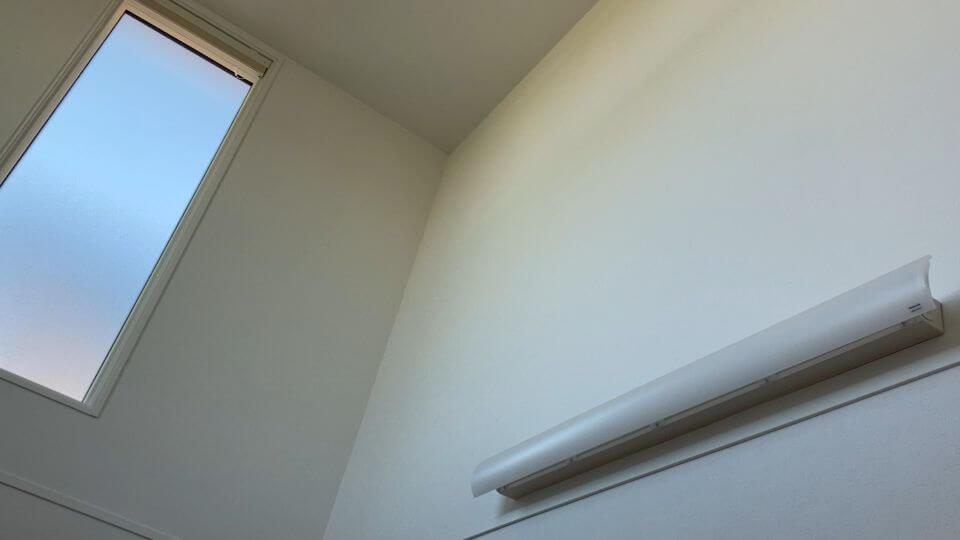 吹き抜けの反対側が寝室